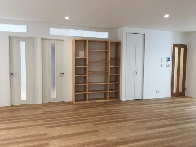 造作の本棚。高い位置に室内窓を設置し、光をリビングに取り入れる工夫を。