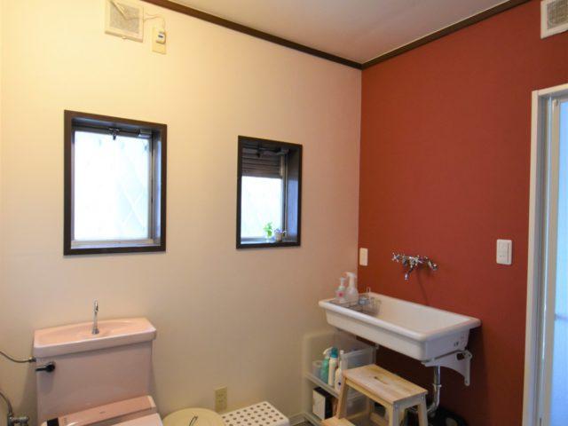 ヨーロッパ風の洗面室 アクセントクロスを使用してお気に入りの空間に