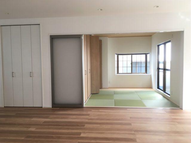 リビングとつながった和室。広いリビングとしても、区切って一部屋としても。