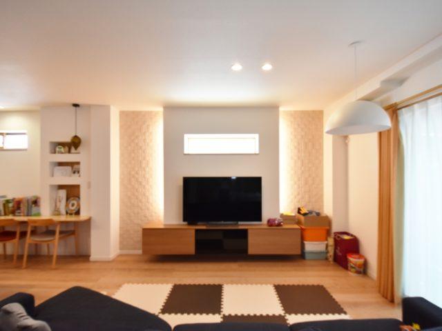 テレビ裏の壁には、調湿効果と脱臭効果がありアクセントにもなるエコカラットを使用