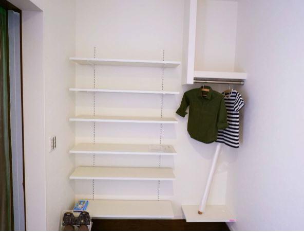 可動式の棚とハンガーパイプで見せる収納のおしゃれな玄関