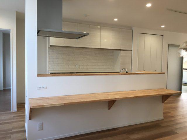 キッチン前に造作されたカウンターはお子様のお勉強スペースとしても