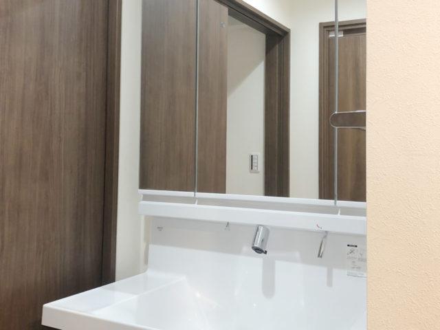 3面鏡の収納付きの洗面台
