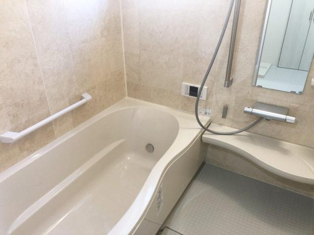 石目調のパネルで高級感のある浴室