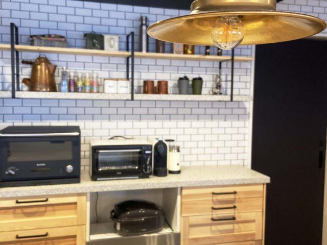 タイルがかっこいいキッチン。実はタイル風の壁紙を使用。コストを抑えながらもかっこいい空間に。