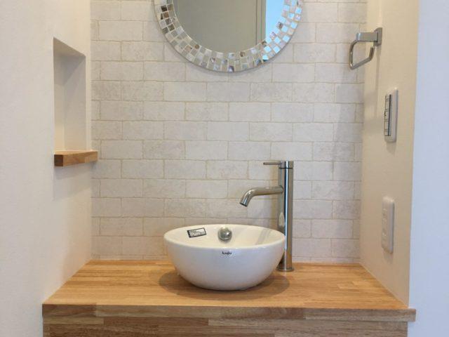 大工さん手作りの造作洗面。手洗いをするのが楽しくなるような可愛い雰囲気に。