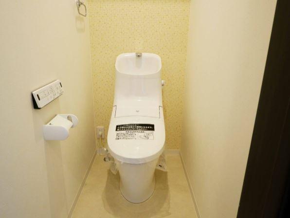 アクセントクロスで明るいトイレに