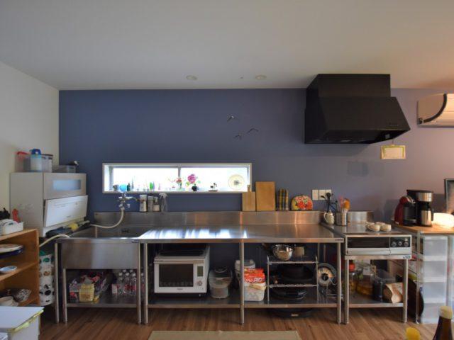 リビングの広さを確保するため、対面キッチンから壁付けキッチンに