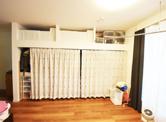 いつでも来客OK!収納を隠せるようにカーテンをつけてすっきり。