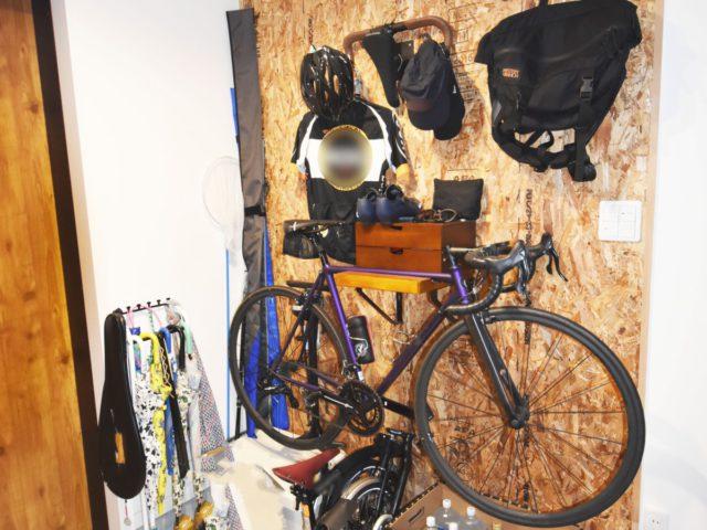 いつでも快適なお出かけが実現!自転車収納可能な大工さん手作りのOSB板壁掛け収納。