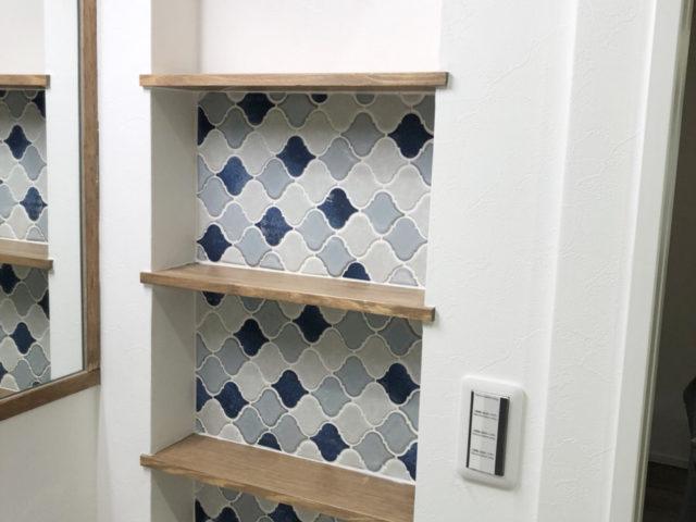 家族の人数に合わせて作られた、オシャレなタイルの棚。